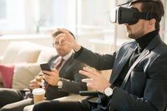Χρησιμοποίηση της συσκευής εικονικής πραγματικότητας κατά τη διάρκεια του επιχειρησιακού σπασίματος στοκ φωτογραφίες