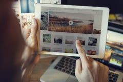 Χρησιμοποίηση της ταμπλέτας που ψάχνει την έννοια ιστοχώρου ταξιδιού ξεφυλλίσματος Στοκ Φωτογραφία