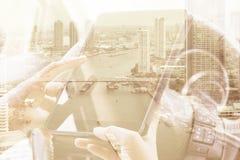 Χρησιμοποίηση της ψηφιακής διπλής έκθεσης ταμπλετών Στοκ Φωτογραφία