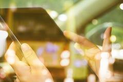 Χρησιμοποίηση της ψηφιακής διπλής έκθεσης ταμπλετών Στοκ εικόνα με δικαίωμα ελεύθερης χρήσης
