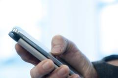 Χρησιμοποίηση του έξυπνος-τηλεφώνου Στοκ Φωτογραφίες