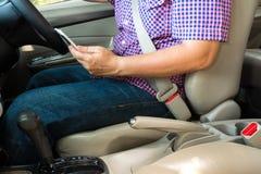 Χρησιμοποίηση του έξυπνου τηλεφώνου οδηγώντας αυτοκινήτων έννοια αυτοκινήτων ασφάλειας Στοκ φωτογραφία με δικαίωμα ελεύθερης χρήσης