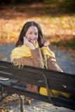 Χρησιμοποίηση του έξυπνου τηλεφώνου στο πάρκο Στοκ εικόνες με δικαίωμα ελεύθερης χρήσης