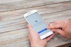 Χρησιμοποίηση του αγγελιοφόρου app Facebook στο iPhone 7 συν Στοκ Φωτογραφία