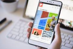 Χρησιμοποίηση του Flipboard app σε ένα smartphone Στοκ φωτογραφία με δικαίωμα ελεύθερης χρήσης