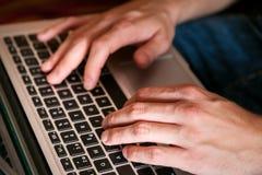 Χρησιμοποίηση του lap-top για την έρευνα, το τυχερό παιχνίδι και την επικοινωνία στοκ φωτογραφία με δικαίωμα ελεύθερης χρήσης