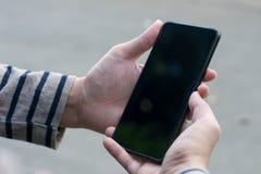 Χρησιμοποίηση του smartphone με το χέρι στοκ φωτογραφία με δικαίωμα ελεύθερης χρήσης