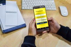 χρησιμοποίηση των κινητών apps smartphone για να κρατήσει μια πτήση Στοκ φωτογραφίες με δικαίωμα ελεύθερης χρήσης