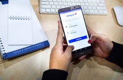 χρησιμοποίηση των κινητών apps smartphone για να κρατήσει μια πτήση Στοκ εικόνα με δικαίωμα ελεύθερης χρήσης