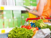 Χρησιμοποίηση των τροφίμων app στο κατάστημα Στοκ Εικόνες