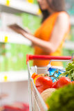 Χρησιμοποίηση των τροφίμων app στο κατάστημα Στοκ φωτογραφία με δικαίωμα ελεύθερης χρήσης