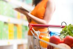 Χρησιμοποίηση των τροφίμων app στο κατάστημα Στοκ Φωτογραφίες