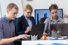 Χρησιμοποίηση των lap-top στην εργασία Στοκ Εικόνα