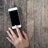 Χρησιμοποίηση χεριών γυναικών κινητή, τηλέφωνο κυττάρων, έξυπνο τηλέφωνο με την απομονωμένη οθόνη Στοκ Εικόνες