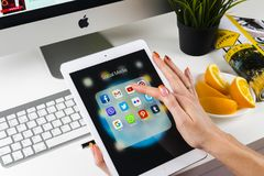 Χρησιμοποίηση χεριών γυναικών iPad υπέρ με τα εικονίδια των κοινωνικών μέσων facebook, instagram, πειραχτήρι, google εφαρμογή στη Στοκ εικόνα με δικαίωμα ελεύθερης χρήσης