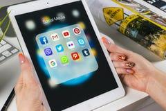 Χρησιμοποίηση χεριών γυναικών iPad υπέρ με τα εικονίδια των κοινωνικών μέσων facebook, instagram, πειραχτήρι, google εφαρμογή στη Στοκ φωτογραφίες με δικαίωμα ελεύθερης χρήσης