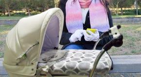 Χρησιμοποίηση app για τα μωρά στο smartphone μου Στοκ φωτογραφία με δικαίωμα ελεύθερης χρήσης