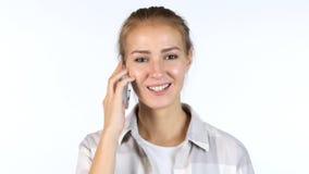 Χρησιμοποίηση Apps σε Smartphone, πορτρέτο του πολυάσχολου κοριτσιού, άσπρο υπόβαθρο Στοκ Εικόνες
