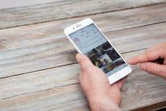Χρησιμοποίηση Instagram app στο iPhone 7 συν Στοκ Εικόνες