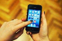 χρησιμοποίηση iphone χεριών Στοκ Εικόνες