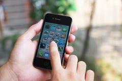 χρησιμοποίηση iphone χεριών Στοκ εικόνα με δικαίωμα ελεύθερης χρήσης