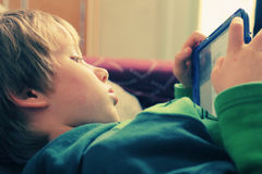 χρησιμοποίηση lap-top αγοριών Στοκ φωτογραφία με δικαίωμα ελεύθερης χρήσης