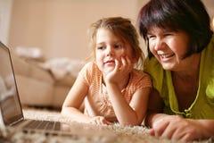 χρησιμοποίηση lap-top γιαγιάδω& Στοκ φωτογραφία με δικαίωμα ελεύθερης χρήσης