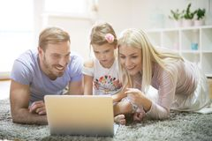 χρησιμοποίηση lap-top διάνυσμα εικόνας οικογενειακών κατοικιών jpg στοκ φωτογραφία με δικαίωμα ελεύθερης χρήσης