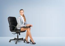 χρησιμοποίηση lap-top επιχειρηματιών Στοκ εικόνες με δικαίωμα ελεύθερης χρήσης