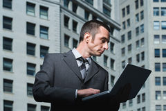 χρησιμοποίηση lap-top επιχειρηματιών Στοκ Φωτογραφία