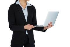 χρησιμοποίηση lap-top επιχειρηματιών Στοκ Εικόνες