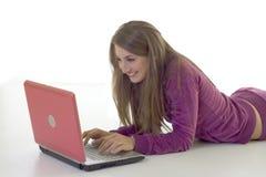 χρησιμοποίηση lap-top κοριτσιών πατωμάτων Στοκ Εικόνες