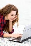 χρησιμοποίηση lap-top κοριτσιών στοκ φωτογραφίες