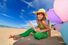 χρησιμοποίηση lap-top κοριτσιώ&nu Στοκ φωτογραφία με δικαίωμα ελεύθερης χρήσης