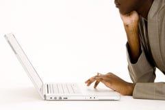 χρησιμοποίηση lap-top στοκ εικόνα με δικαίωμα ελεύθερης χρήσης