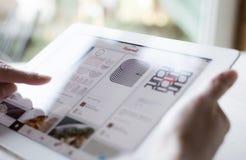 Χρησιμοποίηση Pinterest στο iPad Στοκ φωτογραφίες με δικαίωμα ελεύθερης χρήσης