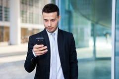 χρησιμοποίηση smartphone επιχειρ&e Στοκ Εικόνα