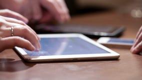 Χρησιμοποίηση touchpads και smartphone απόθεμα βίντεο