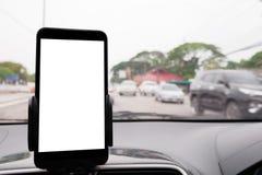 Χρησιμοποιήστε το smartphone σας στο αυτοκίνητο για να φτάσετε τις κατευθύνσεις ΠΣΤ στο destina σας στοκ εικόνες