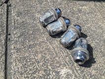 Χρησιμοποιημένα καρύδια ροδών αυτοκινήτων στο τσιμεντένιο πάτωμα Στοκ φωτογραφία με δικαίωμα ελεύθερης χρήσης
