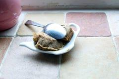 Χρησιμοποιημένα teabags teabag διαμόρφωσαν το πιάτο, και ένα βρώμικο κουτάλι, σε μια κουζίνα windowsill στοκ φωτογραφία με δικαίωμα ελεύθερης χρήσης