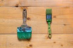 Χρησιμοποιημένες βούρτσες στην επιφάνεια πινάκων ακατέργαστου ξύλου Στοκ φωτογραφία με δικαίωμα ελεύθερης χρήσης