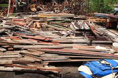 Χρησιμοποιημένες ξυλείες στο ανακύκλωσης εργοστάσιο Στοκ Φωτογραφίες