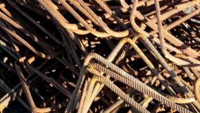 Χρησιμοποιημένοι και ανακυκλωμένοι φραγμοί κατασκευής και ένας σωρός των ράβδων σιδήρου για την κατασκευή απόθεμα βίντεο