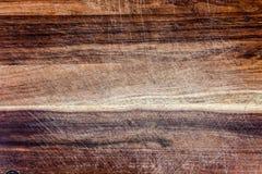 Χρησιμοποιημένος ξύλινος τεμαχίζοντας πίνακας με το closeu γρατσουνιών και σημαδιών μαχαιριών στοκ φωτογραφίες