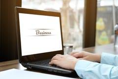 Χρησιμοποιημένο γυναίκα lap-top υπολογιστών στον ξύλινο επιτραπέζιο φραγμό Στοκ εικόνα με δικαίωμα ελεύθερης χρήσης