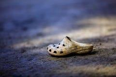 Χρησιμοποιημένο και παλαιό παπούτσι στο έδαφος Στοκ εικόνα με δικαίωμα ελεύθερης χρήσης