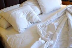 Χρησιμοποιημένο κρεβάτι στο δωμάτιο ξενοδοχείου Στοκ φωτογραφίες με δικαίωμα ελεύθερης χρήσης