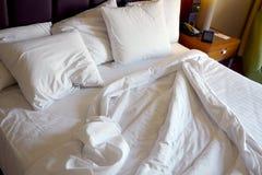 Χρησιμοποιημένο κρεβάτι στο δωμάτιο ξενοδοχείου Στοκ Φωτογραφίες