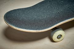 Χρησιμοποιημένο skateboard σε ένα ξύλινο υπόβαθρο Στοκ εικόνες με δικαίωμα ελεύθερης χρήσης